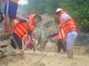 Bới tung hàng ngàn khối đất đá tìm nạn nhân bị vùi lấp ở Quảng Ninh