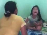 Làm mẹ - Vụ mẹ cầm chổi đánh con: Hàng xóm đáng trách