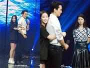 """Làng sao - Lưu Diệc Phi """"xị mặt"""" vì fan ôm Song Seung Hun"""
