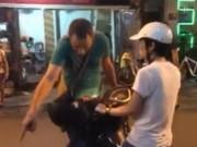 Eva tám - Sao phải để khách Tây chặn xe người Việt?