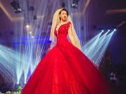 Thời trang - Đinh Ngọc Diệp khoe vòng 1 nõn nà với váy cưới đỏ rực