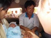 Khoảnh khắc đáng yêu lúc tạm biệt bác sĩ của bé sơ sinh bị chém