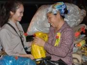 Lễ Vu Lan: Phát quà, hoa hồng cho người nghèo