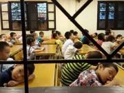 Tin tức - Giật mình bức ảnh trẻ ngủ gật vì phải tập dượt khai giảng từ sáng sớm