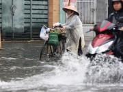 Tin tức - Chỉ mưa 1 giờ, dân Sài Gòn đã lội bì bõm