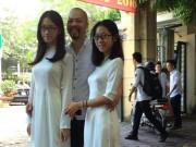 Làng sao - Hai con gái NTK Đức Hùng thướt tha đến trường