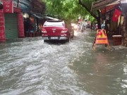 """Tin tức - Hà Nội: Mưa lớn, vừa thức dậy phố đã thành """"sông"""""""