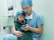 Tin tức - Ảnh bác sỹ vỗ về bé gái trước giờ mổ 'đốn tim' dân mạng
