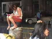 Tin tức - Bé gái chân trần làm bài tập trên đường gây xúc động