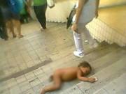 Làm mẹ - Xót xa cảnh bé trai ở trần ngủ trên cầu thang hầm đường bộ