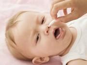Làm mẹ - Không nên lạm dụng nhỏ mũi bằng nước muối sinh lý
