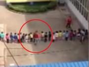 Tin tức - TQ: Cô giáo mầm non bắt 30 trẻ xếp hàng rồi đá