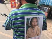 Tin tức - Nhờ cộng đồng mạng, con trai dán ảnh lên lưng tìm thấy mẹ bị lạc