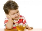 Làm mẹ - Dù có ho, mẹ cũng ĐỪNG cho trẻ dưới 1 tuổi ăn mật ong
