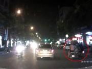 Tin tức - Clip: 2 cô gái bị cướp giật túi xách táo tợn giữa Hà Nội