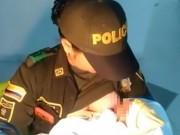 Bà bầu - Cảm động nữ cảnh sát cho bé sơ sinh còn nguyên dây rốn bị bỏ rơi bú