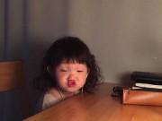 Làm mẹ - Chu mỏ, nhăn mày - bé gái Hàn gây sốt vì quá đáng yêu