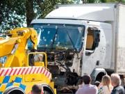 Bà bầu - Chồng dũng cảm cứu vợ mang thai trước mũi xe tải đang lao điên cuồng