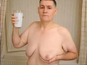 Tin tức - Người đàn ông ngực to như phụ nữ vì uống quá nhiều sữa đậu nành