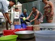 Tin tức - HN: Xếp hàng chờ lấy nước sinh hoạt như thời bao cấp