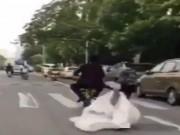 Clip Eva - Video: Đánh rơi cô dâu giữa đường, chú rể vẫn hồn nhiên đi tiếp