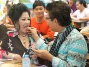 Làng sao - Thanh Bạch tình cảm lấy thức ăn cho vợ doanh nhân