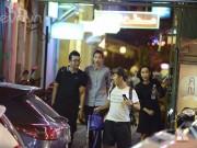 Làng sao - Phạm Hương vui vẻ đi cafe, hát karaoke giữa