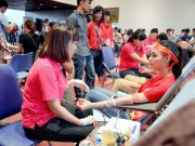 Làng sao - Hoa hậu Biển Thùy Trang tươi tỉnh đi hiến máu cùng giới trẻ Thủ đô