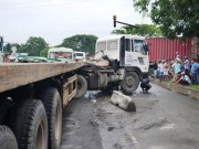 Tin tức - Hãi hùng: Container lao vào dòng xe đang chờ đèn đỏ