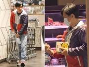 Bắt gặp Lương Triều Vỹ một mình đi siêu thị mua đồ phòng chống bão