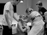 Bà bầu - Ảnh mẹ quỳ gối cảm ơn người mang thai hộ gây xúc động
