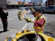 Eva tám - Cảnh đời của cụ bà gốc Việt quét rác nuôi 3 cháu ngoại lên báo Mỹ