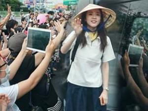 """Hành động của Dara (2NE1) tại sân bay khiến fan Việt """"ngả mũ"""""""