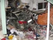 Tin tức - Xế hộp Lexus tông vào nhà dân, 6 người thương vong