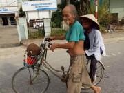 Tin tức - Cụ ông 86 tuổi dắt xe đạp chở cụ bà đi bán mít khiến dân mạng 'tan chảy'