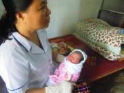 Tin tức - Hà Tĩnh: Phát hiện bé gái sơ sinh tím tái trước cửa chùa