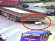 Clip Eva - Thoát chết thần kỳ khi bị xe 22 bánh chèn qua