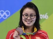 Nữ VĐV bơi lội Trung Quốc tuột huy chương vì thi đấu vào ngày 'đèn đỏ'