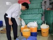 Phát hiện cơ sở dùng thùng sơn bẩn đựng nguyên liệu sản xuất bánh trung thu