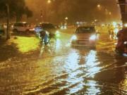 Tin tức - Hà Nội đang ảnh hưởng bão, mưa gió dữ dội, tắc đường nhiều nơi