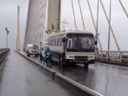 Tin tức - Ô tô chạy chậm để chắn gió bão, giúp xe máy qua cầu an toàn