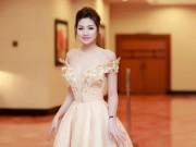 Thời trang - Á hậu Tú Anh khoe vai trần gợi cảm giữa ngày mưa bão