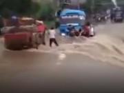 Clip Eva - Thót tim nhìn xe khách liều lĩnh vượt qua dòng lũ xiết ở Lào Cai