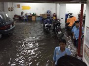Tin tức - TPHCM: Sau mưa lớn, hầm 6 tòa nhà ngập, xe nổi bồng bềnh