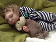 Làm mẹ - 2 năm qua cậu bé mất nửa hộp sọ vẫn kiên cường lớn từng ngày