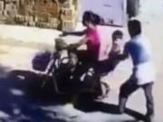Clip Eva - Gã đàn ông hồn nhiên bắt cóc trẻ em ngay giữa đường phố Trung Quốc