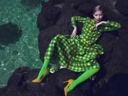 Thời trang - Hằng Nguyễn diện caro đa sắc tạo dáng trước biển