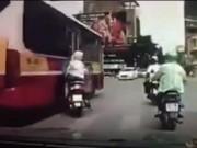 Clip Eva - Video: Hai phụ nữ đi xe máy thoát chết thần kỳ khỏi xe buýt vượt ẩu