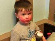"""Clip Eva - """"Chết cười"""" với cậu bé bị bắt quả tang khi dùng trộm son môi của chị gái"""