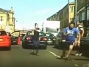 Clip Eva - Video: Người phụ nữ vác gậy giải quyết va chạm giao thông